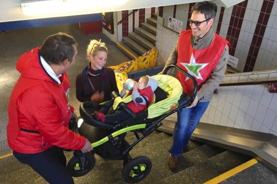 Le PTB Hasselt a mené une action d'aide aux jeunes parents, personnes âgées ou lourdement chargées pour les aider à monter les escaliers, faute d'escalator fonctionnel. (Photo PTB Limbourg)