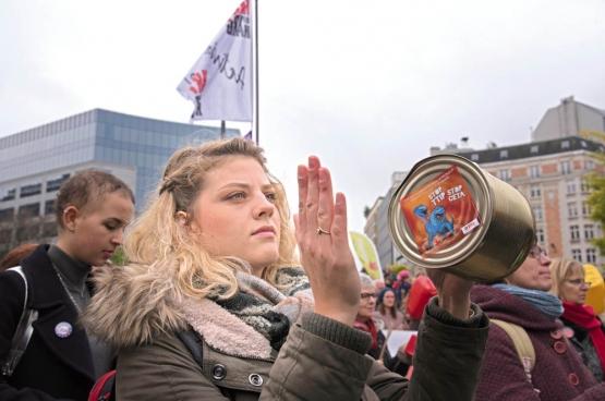 Le 27 octobre, une manifestation avait lieu à Bruxelles contre le CETA. Les manifestants voulaient, entre autres, mettre la pression sur les gouvernements wallon et bruxellois pour qu'ils maintiennent leur position de refus. (Photo Solidaire, Vinciane Convens)