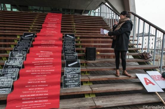 Ce 9 décembre, la veille de la Journée internationale des Droits de l'homme, des organisations progressistes d'avocats et de juristes ont organisé des actions (ici, à Anvers) afin de rappeler l'importance de nos droits et libertés démocratiques. (Photo Solidaire, Karina Brys)