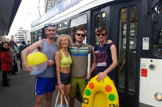 Le PTB Anvers a protesté contre la généralisation de l'horaire d'été sur les lignes de tram. (Photo Solidaire, Paul Lever)