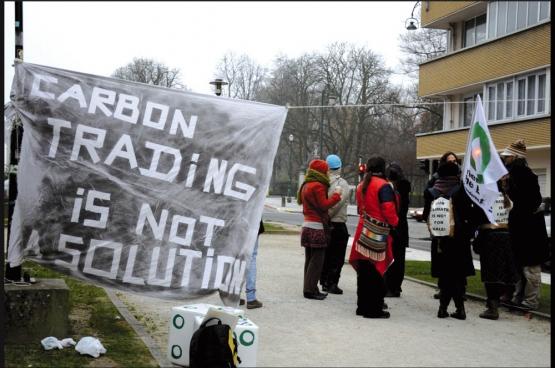 Des activistes devant les bureaux d'un lobby pro-multinationales. (Photo DeWereldMorgen)