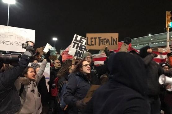Protestation à l'aéroport de New York JFK (Photo Beverly Yuen Thompson/Flickr)