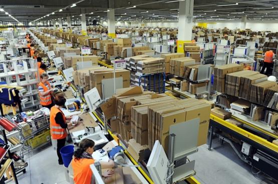 Jeff Bezos, fondateur et PDG du géant de l'e-commerce Amazon, 5e fortune mondiale, a récemment été élu « pire patron du monde » par la Confédération syndicale internationale (CSI). Voilà quelqu'un qui s'est spécialisé dans l'augmentation de sa marge de profit en dérégularisant le travail des employés de son secteur. Ici, un entrepôt de l'entreprise. (Photo Scott Lewis / Flickr)