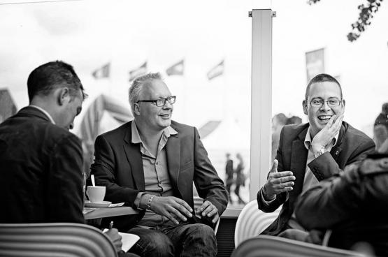 Peter Mertens (au centre), le président du PTB, et Raoul Hedebouw (à droite), porte-parole national et député fédéral PTB. (Photo Solidaire, Salim Hellalet)