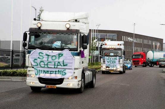 En mai 2013, des chauffeurs de camions néerlandais et belges ont mené une action contre la libéralisation des transports qui a favorisé le dumping social. (Photo Alblasserdamsnieuws.nl)