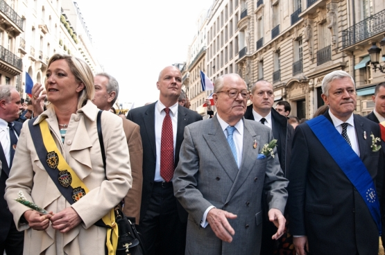Marine Le Pen aux côtés de son père, Jean-Marie Le Pen, fondateur du FN. Si la fille essaie de donner une image plus « acceptable » de son parti d'extrême-droite, le fond raciste reste... Et les affaires s'accumulent. (Photo Marie-Lan Nguyen)