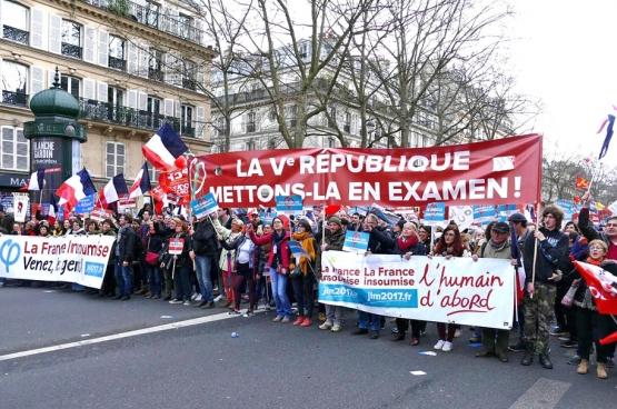 Ce 18 mars, 130000 personnes ont participé à la «Marche pour la 6e République» à Paris, initiée par la France insoumise, le mouvement derrière la candidature de Jean-Luc Mélenchon à l'élection présidentielle. (Photo Solidaire, Gilles van Loocke)