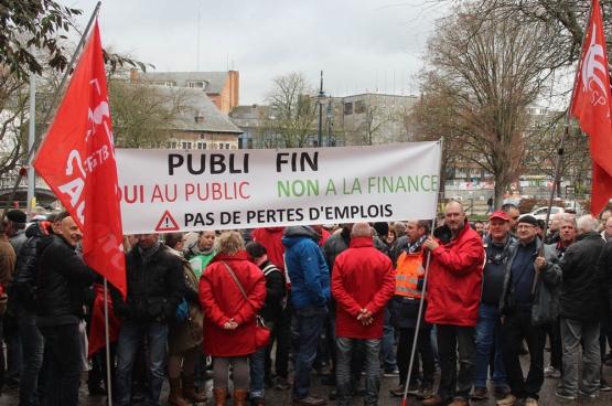 Jeudi 9 mars, une délégation du personnel de Publifin s'est rendue devant le Parlement wallon. « De la transparence, OUI, un grand coup de balai sur les emplois, NON » (Photo CGSP-Admi)