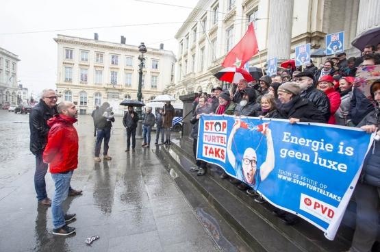 Le PTB a porté plainte contre la « Turteltaxe ». Le jour de l'ouverture du procès, des dizaines de membres et sympathisants se sont déplacés devant la Cour constitutionnelle de Bruxelles. (Photo Solidaire, Salim Hellalet)