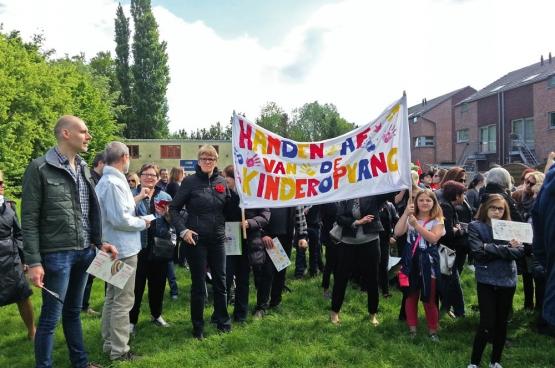 «Pas touche aux crèches». à Zelzate (Flandre-Orientale), la majorité communale voulait privatiser les crèches et l'accueil extra-scolaire. C'était sans compter sur les citoyens qui se sont mobilisés pour s'y opposer… (Photo Solidaire, Riet Verpreet)
