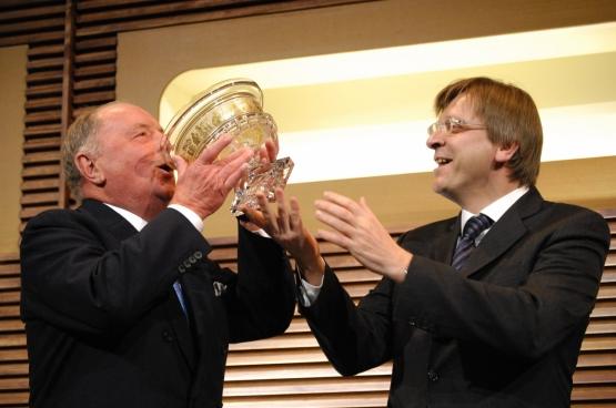 Albert Frère (à gauche) est l'homme le plus riche de Belgique. Son holding possède plusieurs filiales dans les paradis fiscaux. (Photo Belga)
