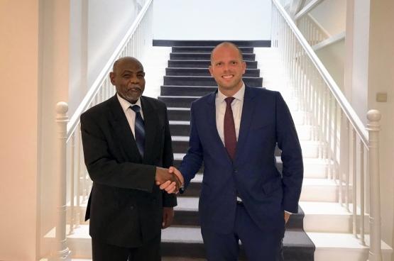 Le secrétaire d'Etat Theo Francken, ici avec l'ambassadeur du Soudan auprès de l'Union européenne, Motrif Siddiq Ali. (Photo Belga)