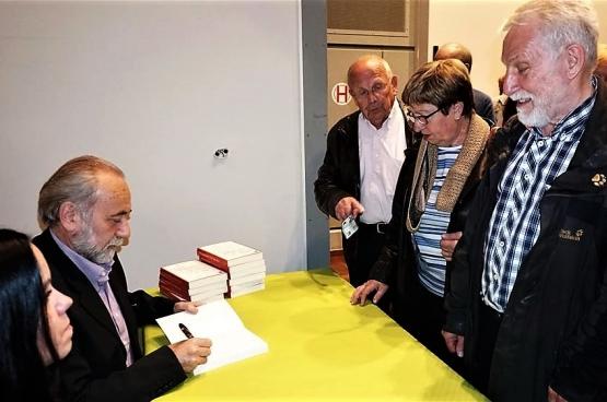 Staf Henderickx, en pleine séance de dédicaces, est l'auteur d'une dizaine de livres. (Photo  D.R.)