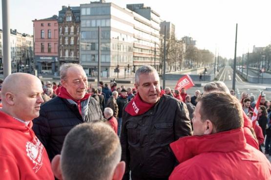ls étaient très nombreux ce vendredi 13 avril à soutenir syndicalistes Bruno Verlaeckt et Tom Devoght. (Photo Solidaire, Karina Brys)