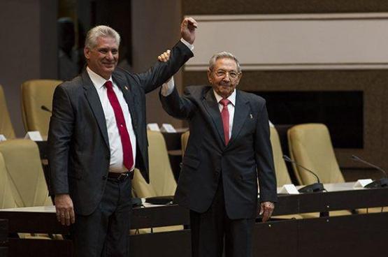 Miguel Diaz-Canel (à gauche), nouveau président cubain. (Photo Granma/Irene Pérez)