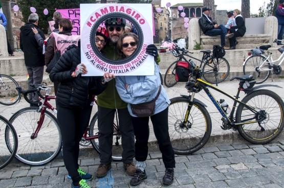 Protestations à Rome contre le Giro qui a commencé en Israël. « Changer le Giro, je soutiens le droit des Palestiniens ». (Photo Belga)