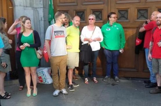 Une délégation du PTB Gand a rendu visite aux agents pénitentiaires en grève. (Photo Solidaire, Pol Ronse)