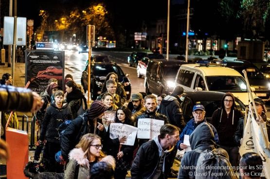 Fin 2017, un sans-abri est mort dans la rue. Des associations ont organisé une manifestation pour pointer la responsabilité des décideurs politiques et exiger que cela n'arrive plus. (Photo David Taquin, Vanessa Cicero)