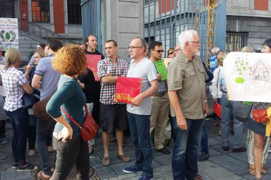 Le 26 juin 2017, à l'appel de la plateforme Ry-Ponet, des citoyens se sont rassemblés devant le conseil communal de Liège pour dénoncer un projet immobilier à Chênée. (Photo Jean Peltier)