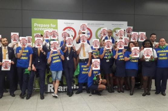 Les travailleurs de Ryanair en grève à Zaventem. (Photo Solidaire, Jan Dereymaeker)