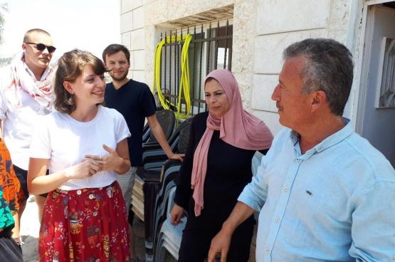 Peu avant la libération de la jeune combattante de la résistance, Ahed Tamimi (17 ans), Red Fox et Comac, les mouvements de jeunesse du PTB, étaient en voyage de solidarité en Palestine. Ils ont rencontré son père, Bassem Tamimi, dans le village de Nabi Saleh. (Photo Solidaire, Iman Ben Madhkour)