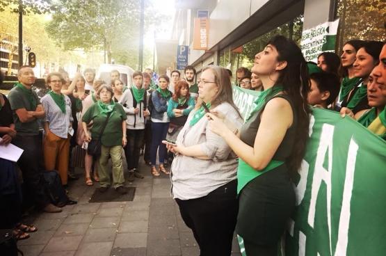 En solidarité avec les femmes en Argentine, des rassemblements ont eu lieu partout dans le monde pour que l'avortement devienne légal au moment où le Sénat devait donner sa décision. Comme ici à Bruxelles. (Photo Solidaire, Françoise De Smedt)
