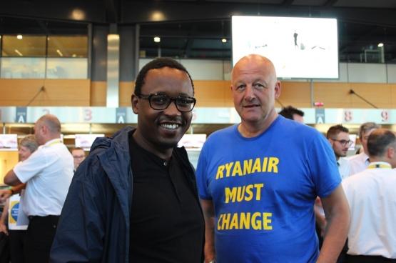 Yves Lambot avec Germain Mugemangango, porte-parole francophone du PTB, à l'aéroport de Charleroi. (Photo Maité Teixiera Do Pinho)