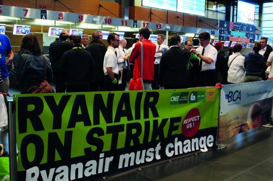 Le 10 août, la grève de Ryanair a touché la Belgique, les Pays-Bas, l'Italie, la Suède et l'Allemagne. Ici, une visite de solidarité de Comac, le mouvement étudiant du PTB, à l'aéroport de Charleroi. (Photo Solidaire, Maité Teixeira Do Pinho)