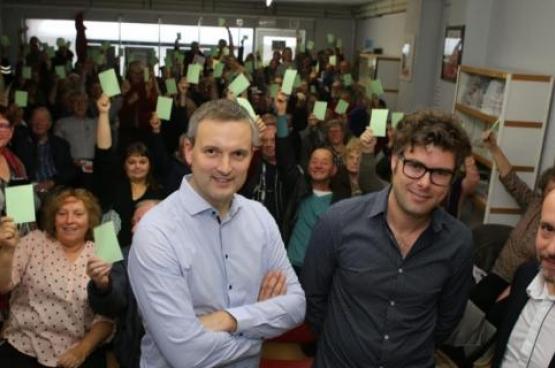 Le PTB Zelzate vote sa participation au pouvoir à Zelzate. De gauche à droite : Geert Asman, Premier échevin PTB à Zelzate, Steven De Vuyst, échevin, et Tom De Meester, président du PTB en Flandre-Orientale.