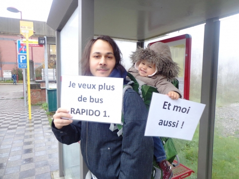 La section locale et l'ACTP (Association des clients des transports publics) ont recueilli 3400 signatures pour plus de bus en Brabant wallon. (Photo Solidaire)