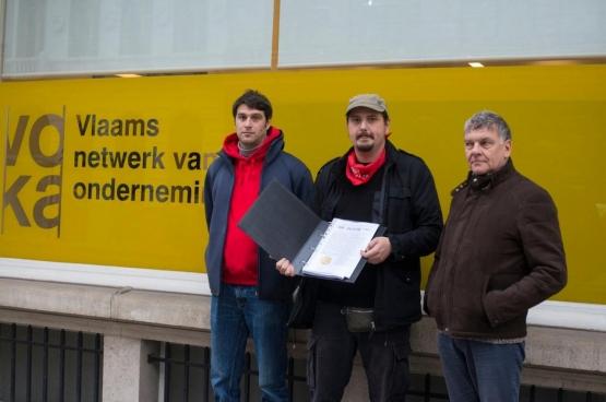 Une délégation de BASF a remis la pétition à Wouter De Geest, CEO de BASF, qui est maintenant aussi à la tête de l'organisation patronale Voka. (Photo Solidaire, Chloé Liradelfo)