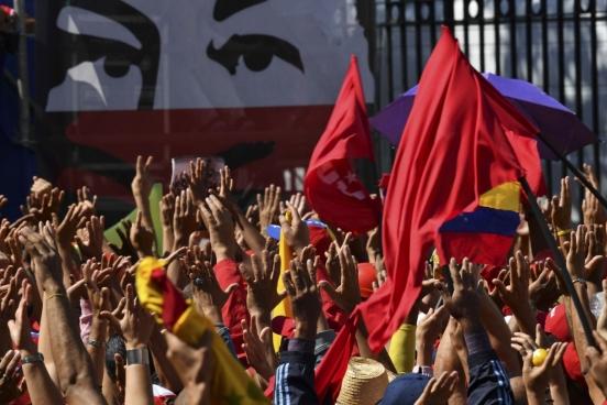 Des travailleurs de la compagnie pétrolière nationale vénézuélienne PDVSA manifestent contre les sanctions étasuniennes visant les avoirs de PDVSA aux États-Unis. (Photo Yuri Cortez, AFP)