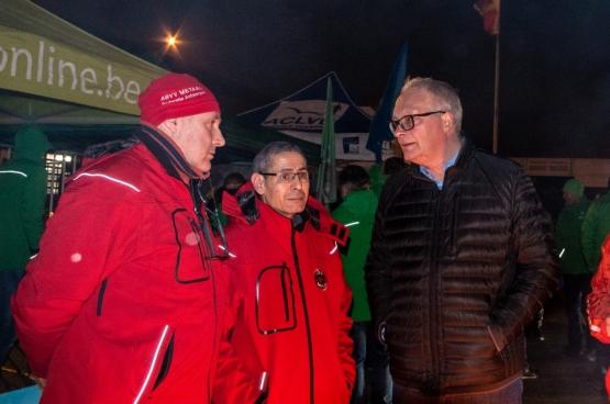Le président du PTB, Peter Mertens, a rendu visite au piquet de Van Hool lors de la grève générale du 13 février dernier. (Photo Solidaire, Stefaan Van Parys)