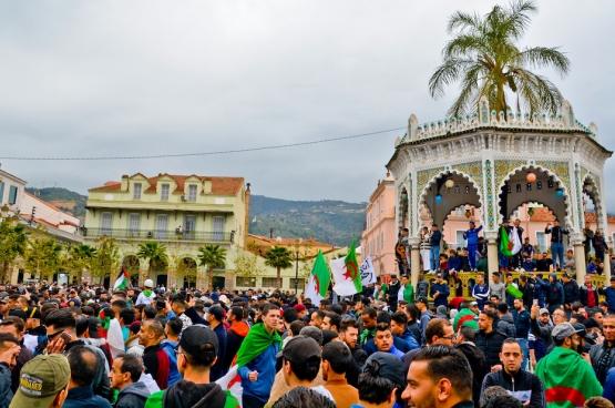 Tous les vendredis, les rues algériennes sont noires de monde, à Alger comme partout en province. Comme ici, à Blida. (Photo Fethi Hamlati)