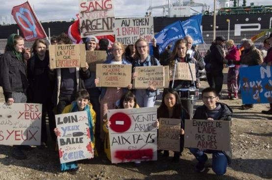 Des activistes des droits humains dans le port du Havre.