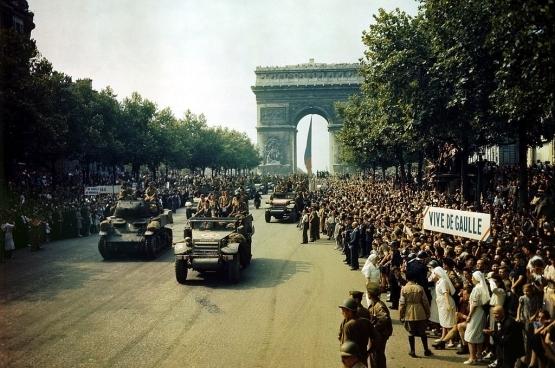 Défilé sur les Champs Elysées le 26 août 1944, au lendemain de la Libération de Paris. (Photo Wikipedia)