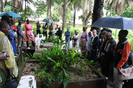 Cimetière de Conakry, le 31 juillet 2019, commémoration pour les 20 ans de la disparition de Yaguine et Fodé, avec les familles et la délégation d'Amitié Sans Frontières. (PhotoSolidaire, Fabienne Pennewaert)