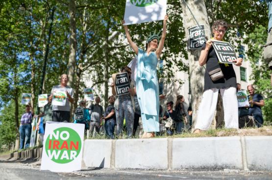 En juin 2019, une trentaine de militants pacifistes protestaient déjà devant l'ambassade des Etats-Unis à Bruxelles contre les provocations militaires américaines en Iran. (Photo Solidaire, Jamal Al-Mansori)