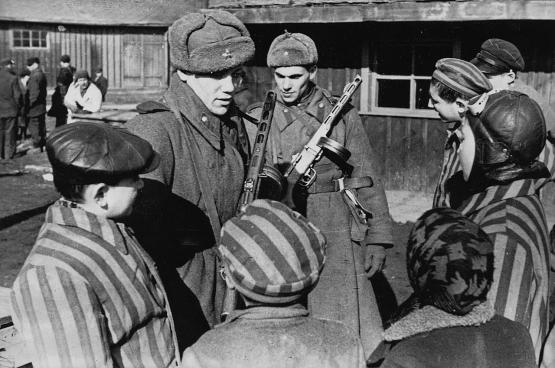 Soldats soviétiques dans le camp d'Auschwitz. (Auteur inconnu)