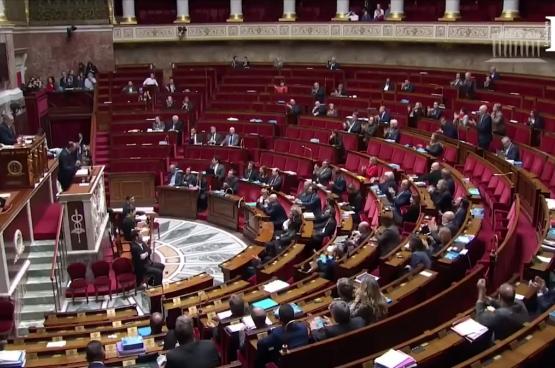 Le Premier ministre Edouard Philippe annonce aux quelques députés présents que le gouvernement a décidé de passer en force, sans vote à l'Assemblée nationale. (Image LCP)