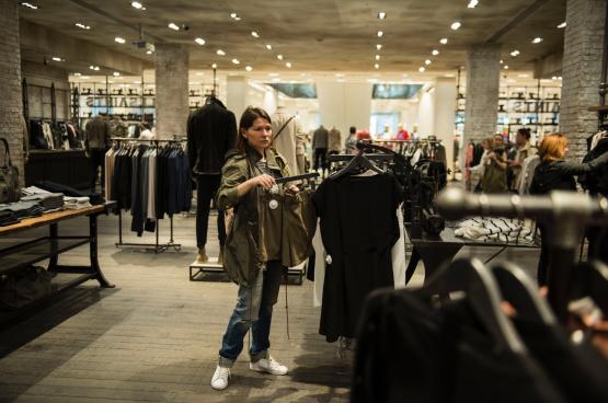 Aux Pays-Bas et en Grande-Bretagne, de nombreux magasins non-essentiels sont restés longtemps ouverts.
