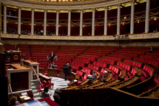 Cette loi d'état d'urgence sanitaire, est en quelque sorte la version française de « loi sur les pouvoirs spéciaux » que le Parlement fédéral belge s'apprête à voter ce jeudi.