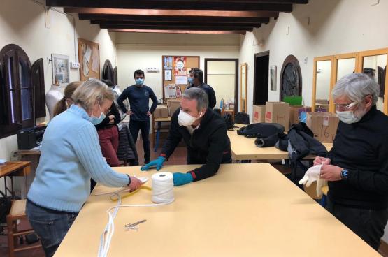Les travailleurs espagnols réorientent la production des usines pour faire face à la crise sanitaire. (Photo Rafa Guerrero Lamas)