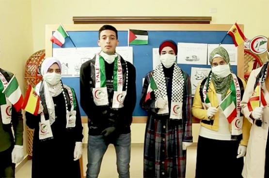 Les jeunes volontaires de l'organisation Union of Health Work Committees à Gaza (partenaire de l'ong Viva Salud) envoient un message de solidarité à l'Europe