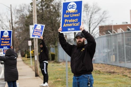 Des ouvriers de General Electric (GE) manifestent... en respectant leurs distances pour que l'entreprise convertisse ses usines de moteurs à réaction pour fabriquer des respirateurs. (Photo IUE-CWA).