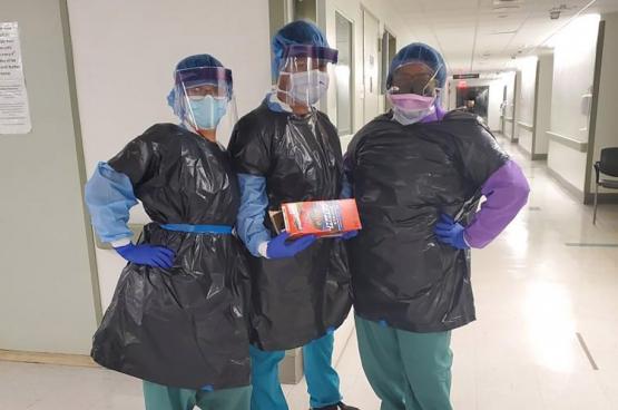 Dans le pays le plus riche du monde, les médecins et les infirmières sont infectés parce qu'ils ne portent pas de masque et doivent utiliser des sacs poubelles comme vêtements de protection.