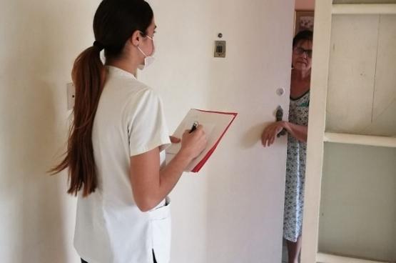 """Nous avons un objectif : ne pas attendre que les gens viennent se faire soigner, mais rechercher consciemment les personnes infectées et les traquer à temps. Notre message est """"restez chez vous, mais ouvrez aussi votre porte"""", explique la stagiaire Laura Perez Joglar."""