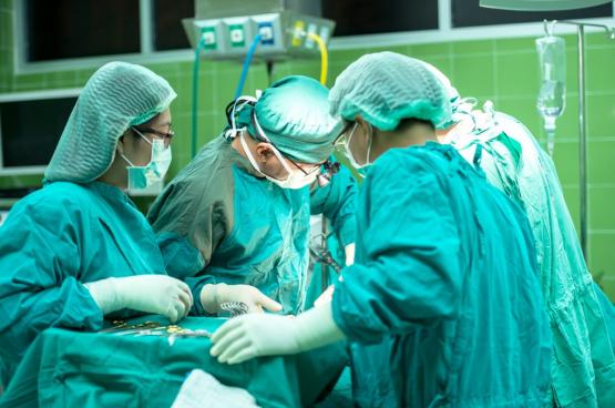 Le Vietnam a accéléré l'expédition de 450 000 combinaisons de protection DuPont aux États-Unis pour aider les professionnels de la santé à combattre le coronavirus,
