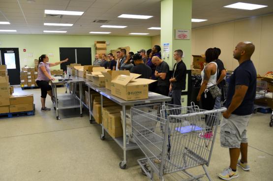Une association caritative distribue des produits de première nécessité aux plus modestes.