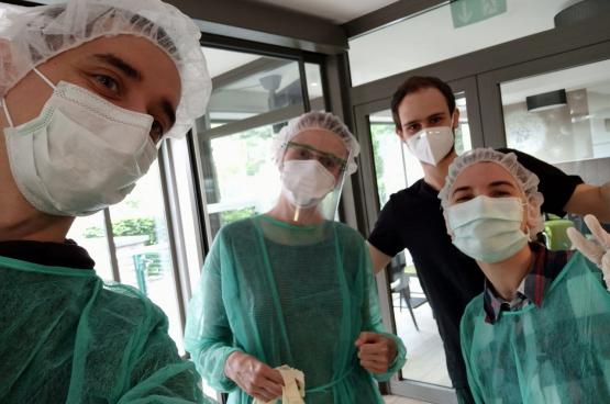 Pierre Popoff, assistant en médecine générale à MPLP Schaerbeek (en noir) et son collègue de Marcinelle Lorenz Lefèvre, sont allés dans des maisons de repos afin de dépister le personnel et les résidents. (Photo Solidaire)
